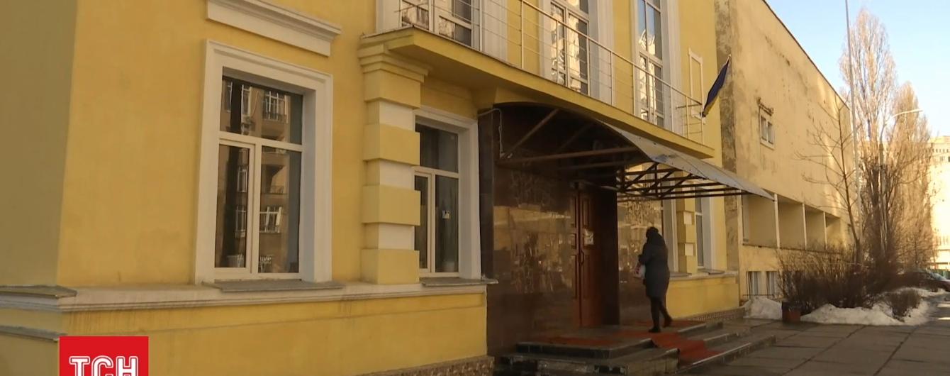 Київського учня, який випав із вікна школи, оперують