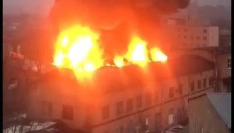 У Харкові на території заводу палає будівля (відео)