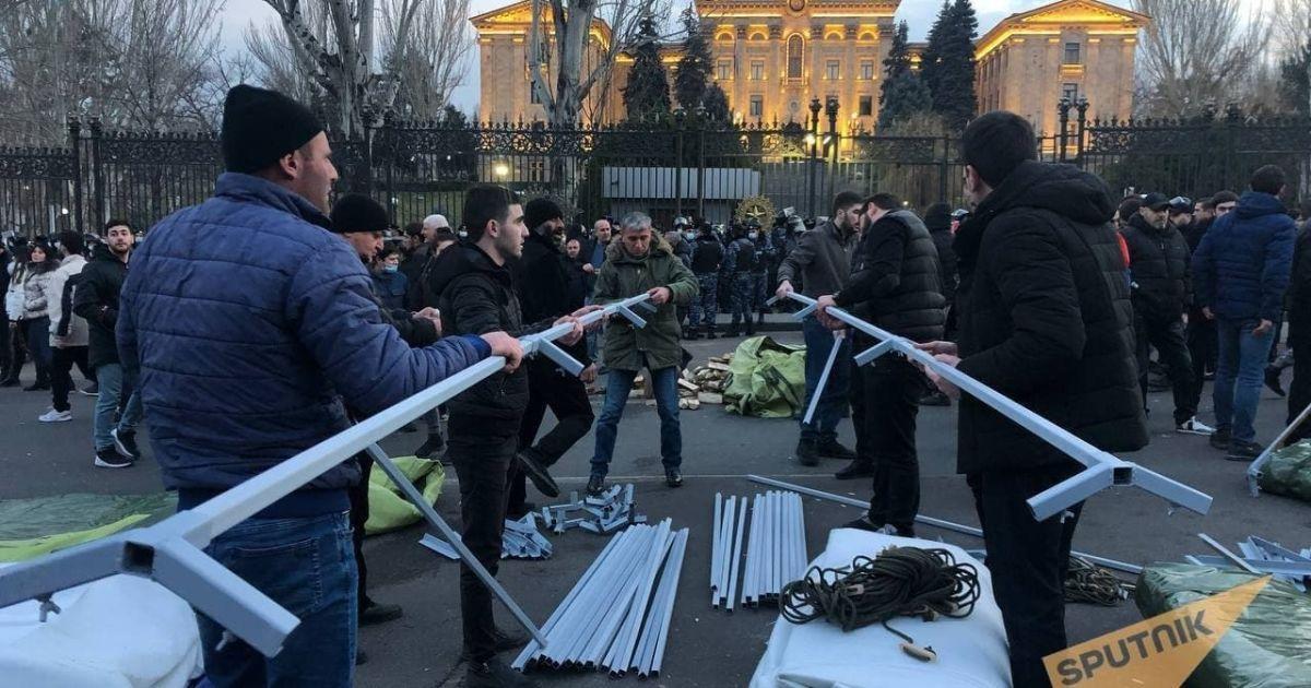 Что происходит в охваченном протестами Ереване и как прошла ночь