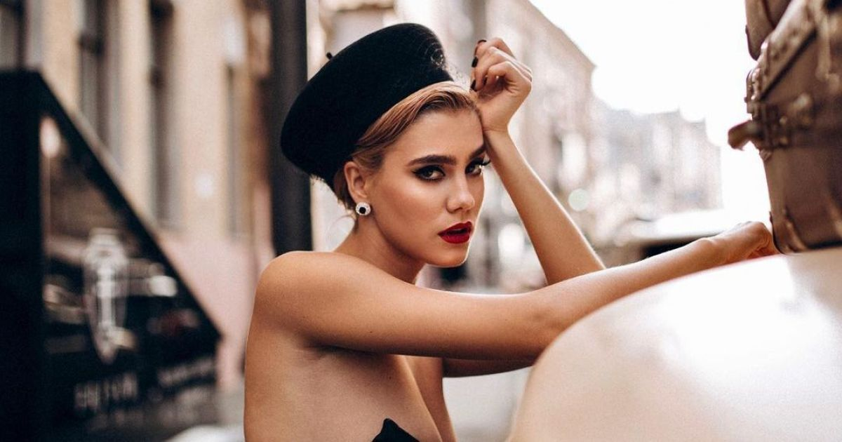 """24-летняя Попова из """"ВИА Гры"""" в корсете похвасталась большим бюстом"""