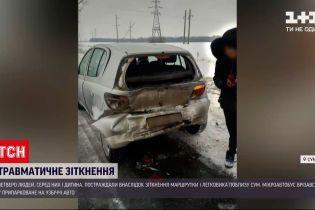Новости Украины: неподалеку Сум маршрутка врезалась в авто, припаркованное на обочине