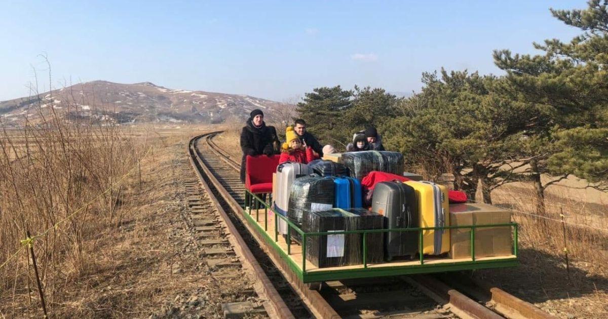 С КНДР домой: российский дипломат километр толкал дрезину с детьми и чемоданами