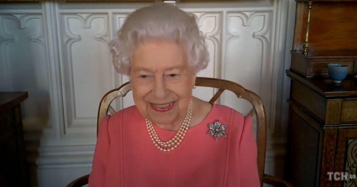 Підтримала чоловіка: королева Єлизавета II одягла на зустріч коралову сукню та особливу брошку
