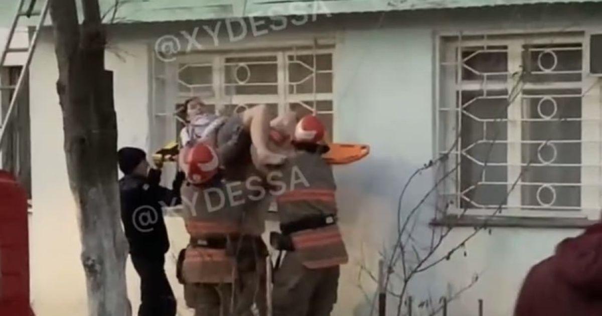 В Одесской области женщина выпала из окна: появилось видео, как ее спасали
