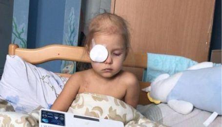 """В немедленной помощи нуждается Софийка: онкология """"съедает"""" глаз ребенка"""