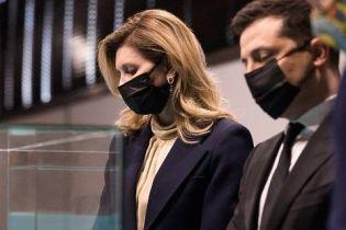 У діловому костюмі та з елегантними сережками: Олена Зеленська відвідала з чоловіком виставку