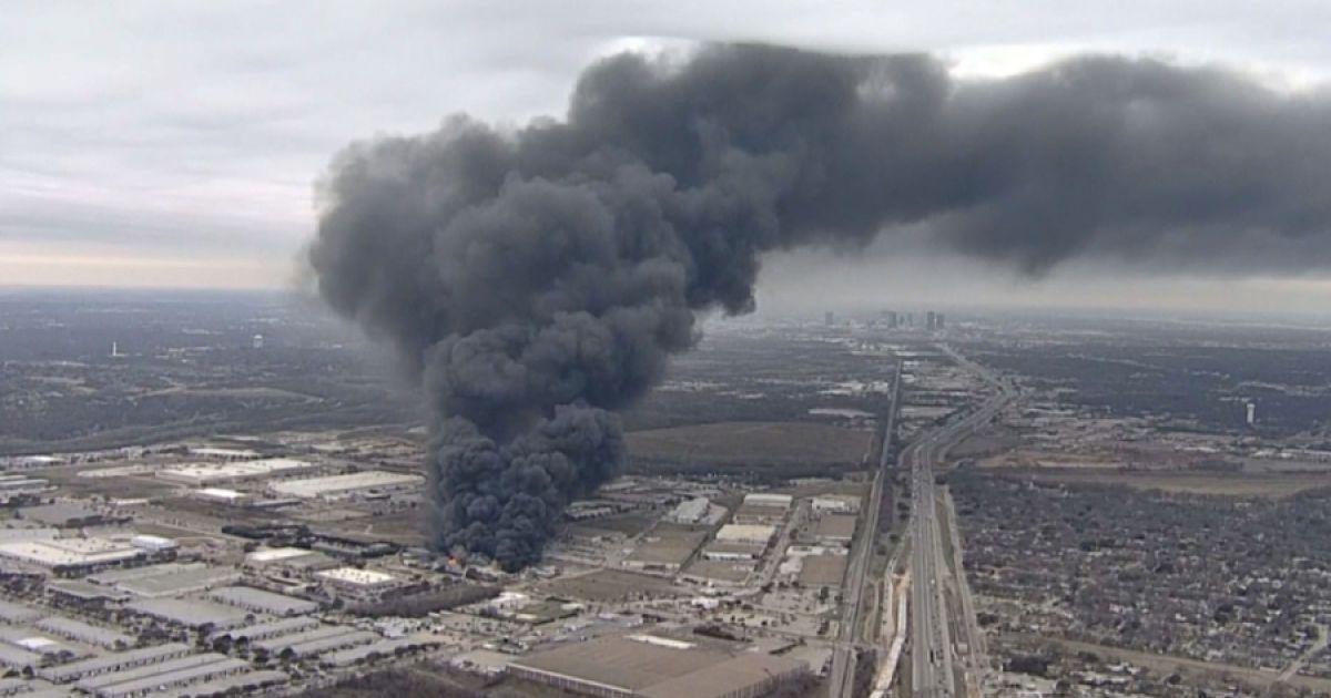 Кілометрові стовпи чорного диму здійнялися над Техасом через пожежу на заводі із переробки пластику