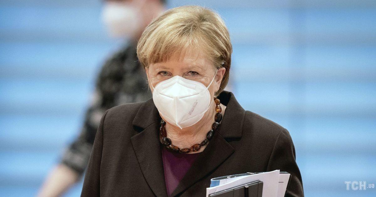 Похизувалася обновкою: Ангела Меркель вигуляла шоколадний жакет