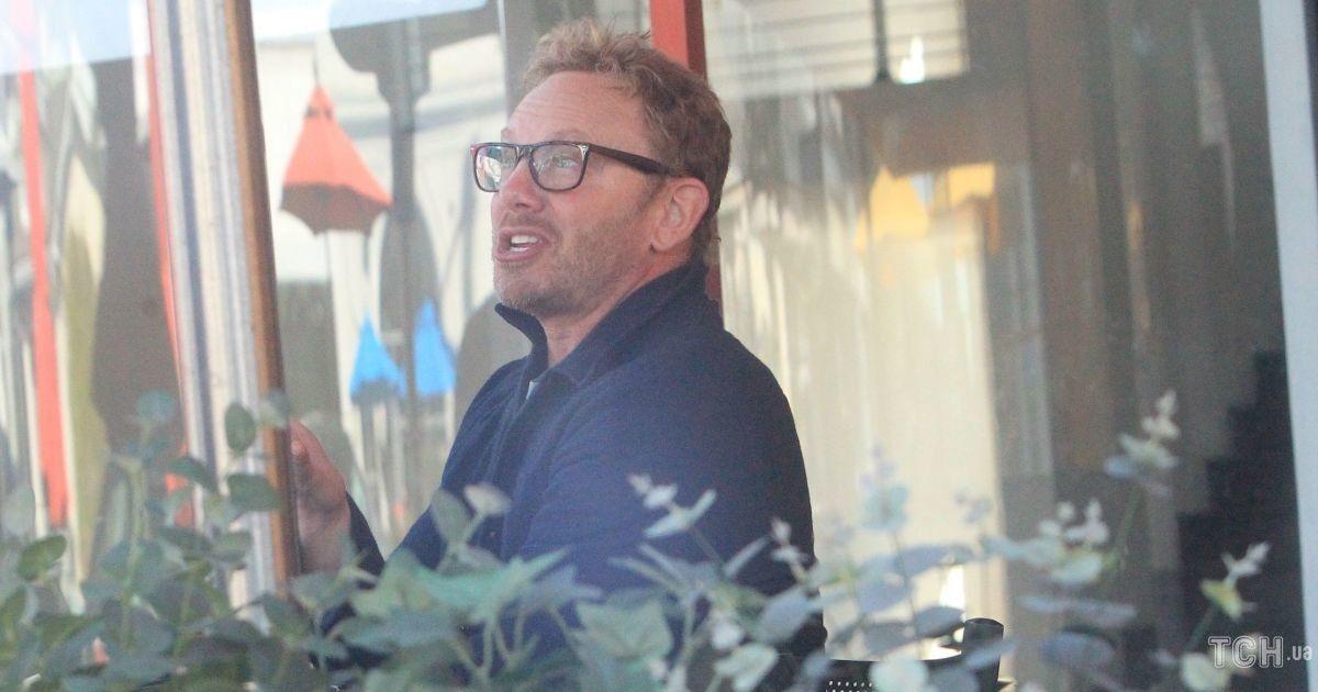 """Совсем не изменился: звезда сериала """"Беверли-Хиллз 90210"""" был запечатлен папарацци в Лос-Анджелесе"""