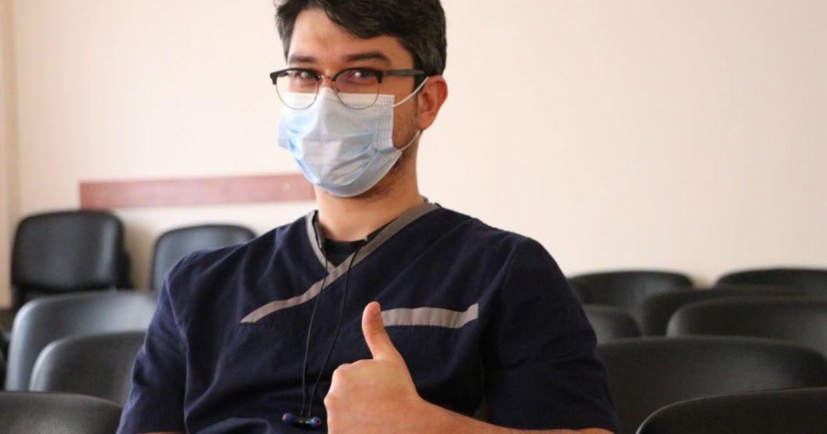 В Закарпатской области первым вакцинировался от коронавируса врач-инфекционист