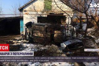 Новини України: у Дніпропетровській області авто влетіло у будинок і розвалило стіну