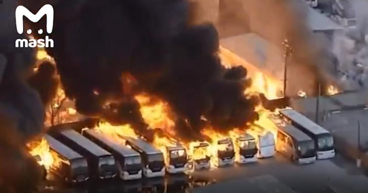 В Калифорнии большой пожар: горят пассажирские автобусы