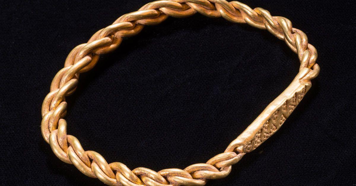 У Британії знайшли скарб вікінгів із золотими прикрасами