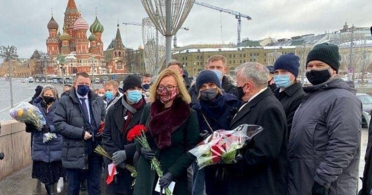 Шість років після вбивства Нємцова: іноземні посли поклали квіти на Москворецькому мосту