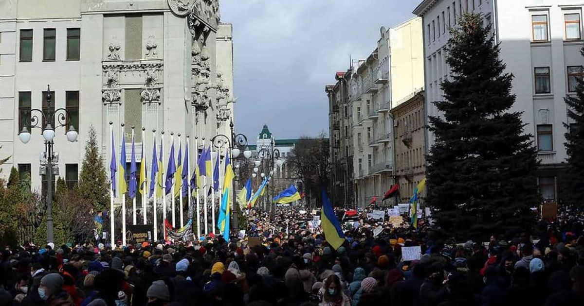 С файерами, но без столкновений: как в городах Украины прошли акции в поддержку Стерненко и политзаключенных