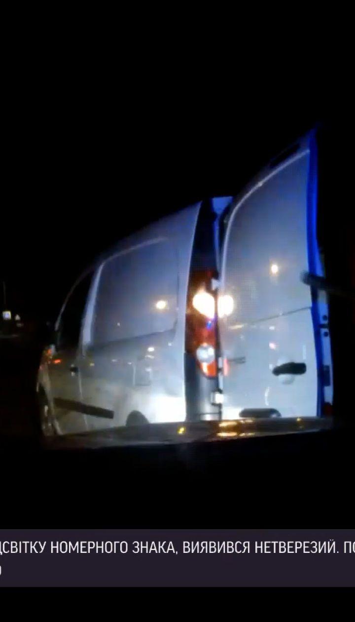 Новини України: поблизу Львова п'яний водій лопатою розтрощив авто патрульних