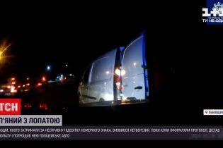 Новости Украины: вблизи Львова пьяный водитель лопатой разбил авто патрульных