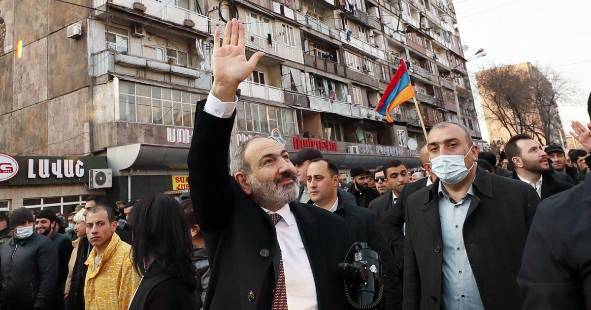 Президент Армении отказался уволить главу армии по требованию премьера