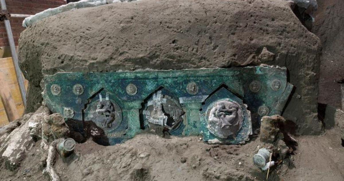 В Помпеях нашли уцелевшую древнюю колесницу с высеченными эротическими сценами