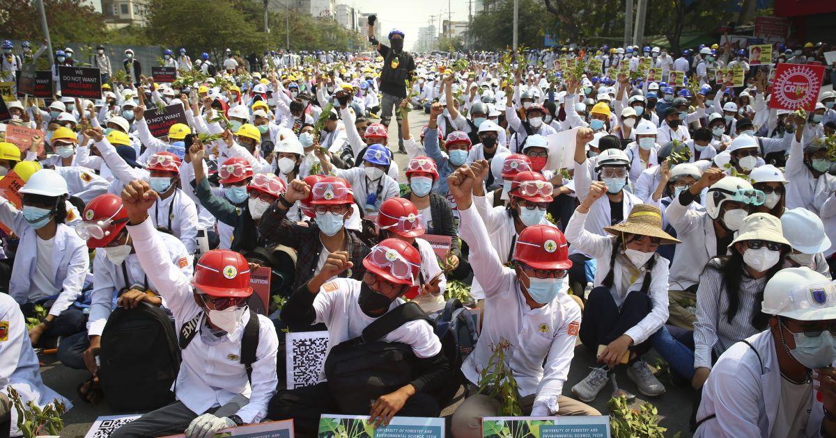 Жесткий разгон протестующих в Мьянме: полиция убила почти два десятка человек