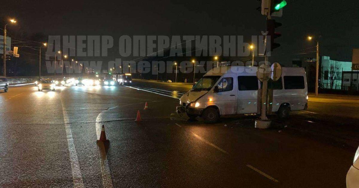 У Дніпрі маршрутка з пасажирами протаранила стовп: семеро постраждалих