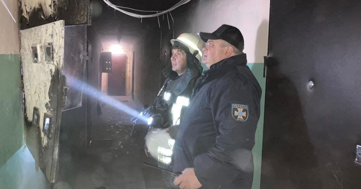 В Киеве горела многоэтажка: спасатели эвакуировали жителей