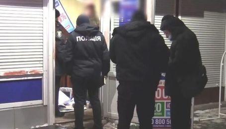 У Києві затримали дует грабіжників за розбійний напад на кредитну установу: відео