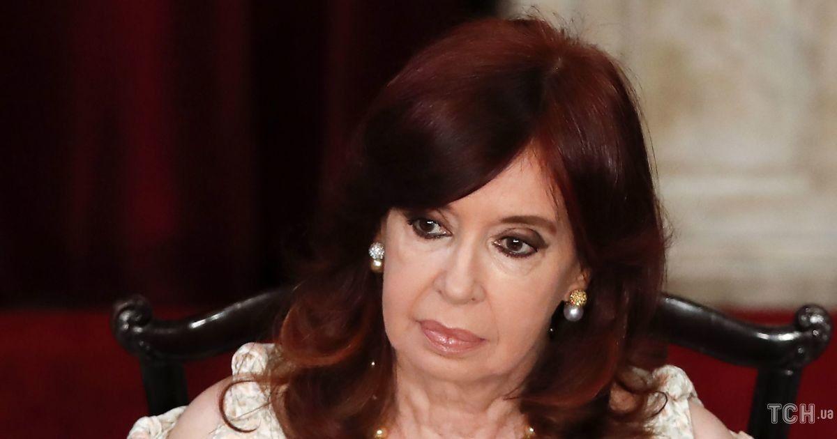 В украшениях и платье с бантиками: 68-летний вице-президент Аргентины на заседании Конгресса