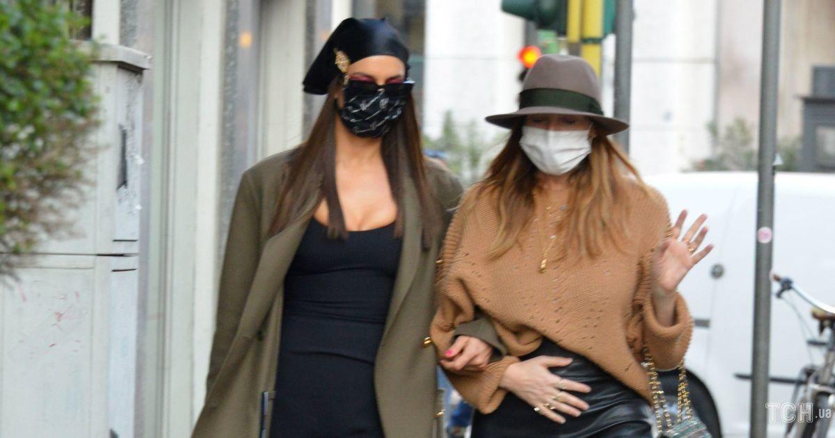 В мини-платье и сапогах Versace: Ирина Шейк на прогулке в Милане