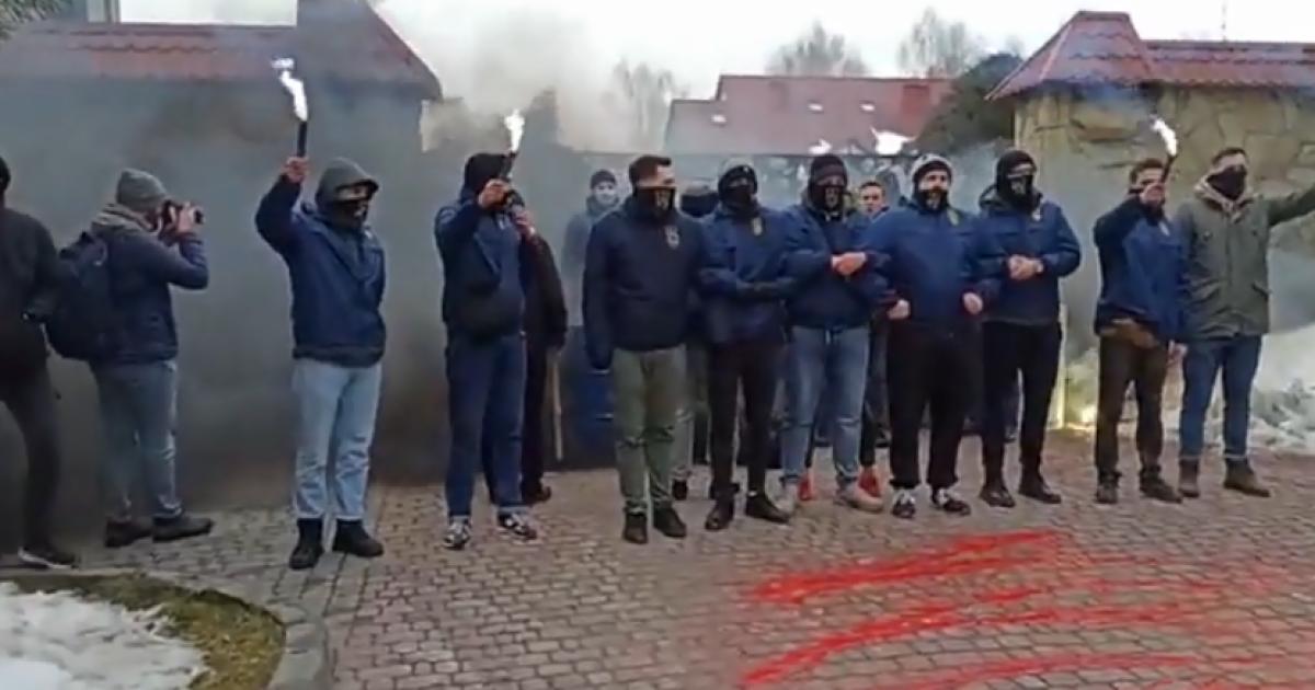 Мусорные баки и дымовые шашки: под Львовом пикетируют предприятия Козака и Медведчука (видео)