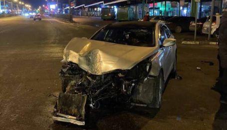 В Харькове таксист протаранил забор и столб, который завалился на автобус с пассажирами