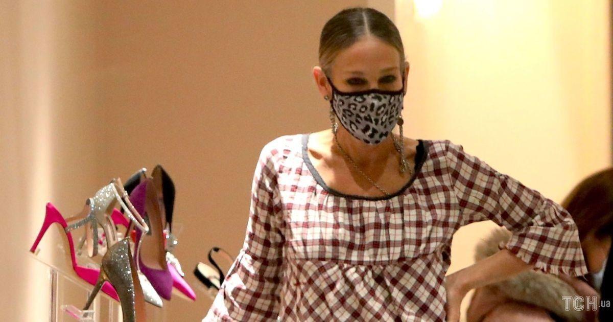 В клетчатой блузе и любимых джинсах: Сара Джессика Паркер пришла в свой бутик