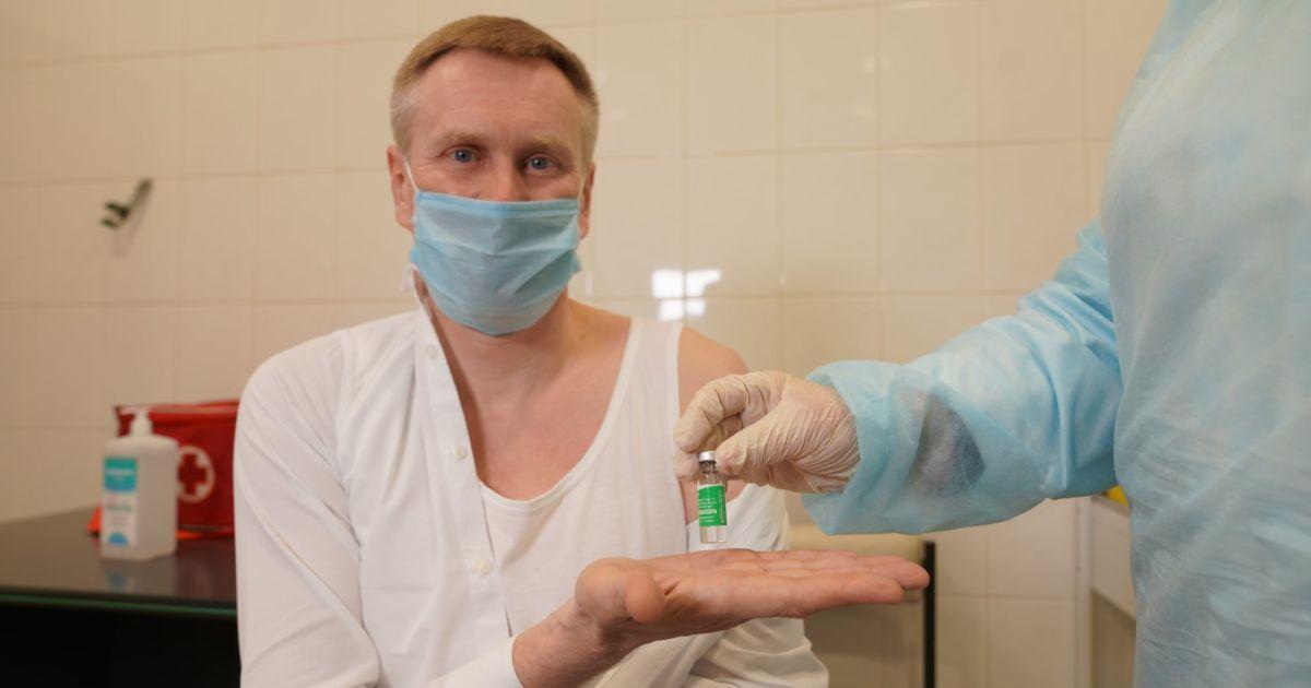 """Руководитель НСЗУ вакцинировался и посоветовал становиться в очередь на прививку уже сейчас из-за """"остатков препарата"""""""