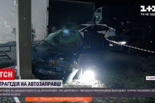 Новини України: у Дніпрі легковик врізався у вантажівку, загинула 18-річна дівчина