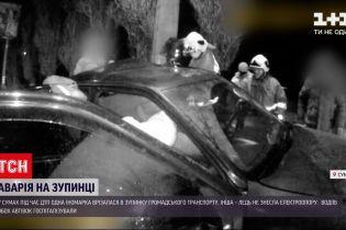 Новини України: у Сумах одна іномарка врізалася в зупинку, інша – ледь не знесла електроопору