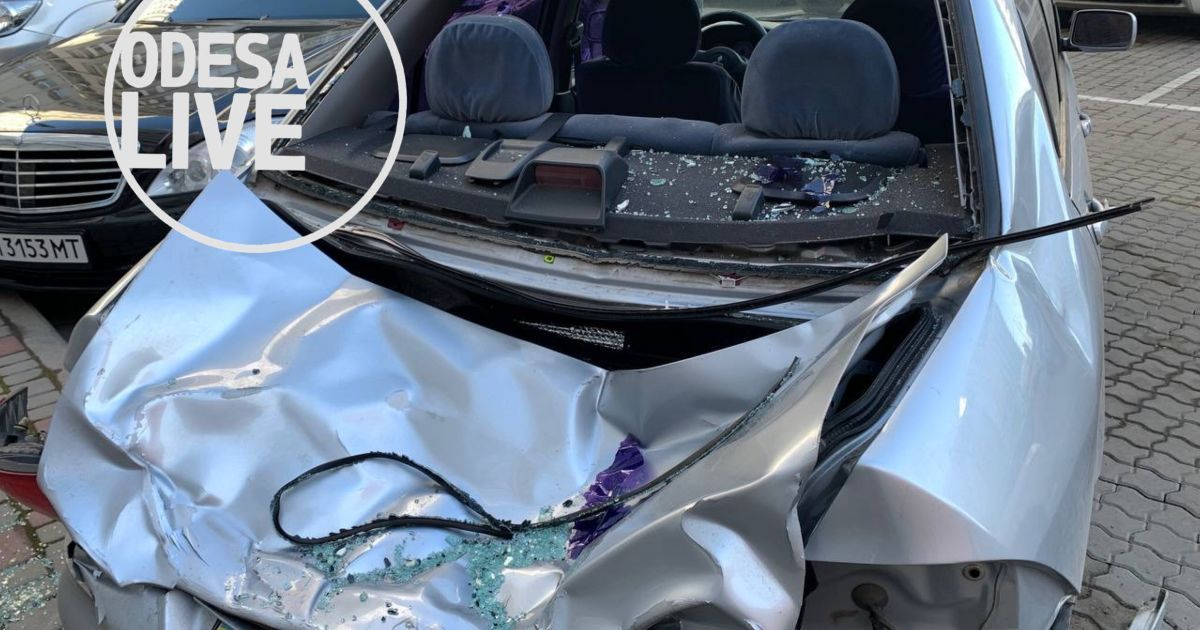 В Одесі чоловік вистрибнув з 23 поверху і впав на авто: з'явилися фото, відео