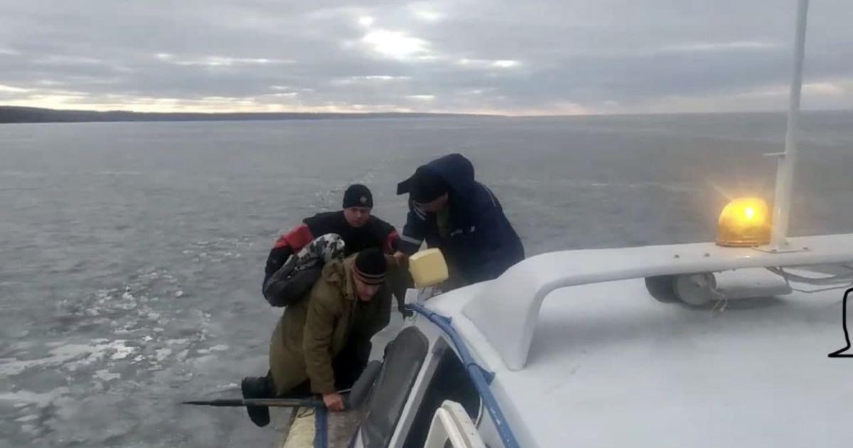 Дрейфовали по Каховскому водохранилищу: под Запорожьем со льда сняли трех рыбаков