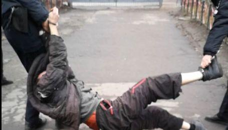 Наступали коліном на шию і зламали палець: у Сумській області за катування судитимуть двох правоохоронців