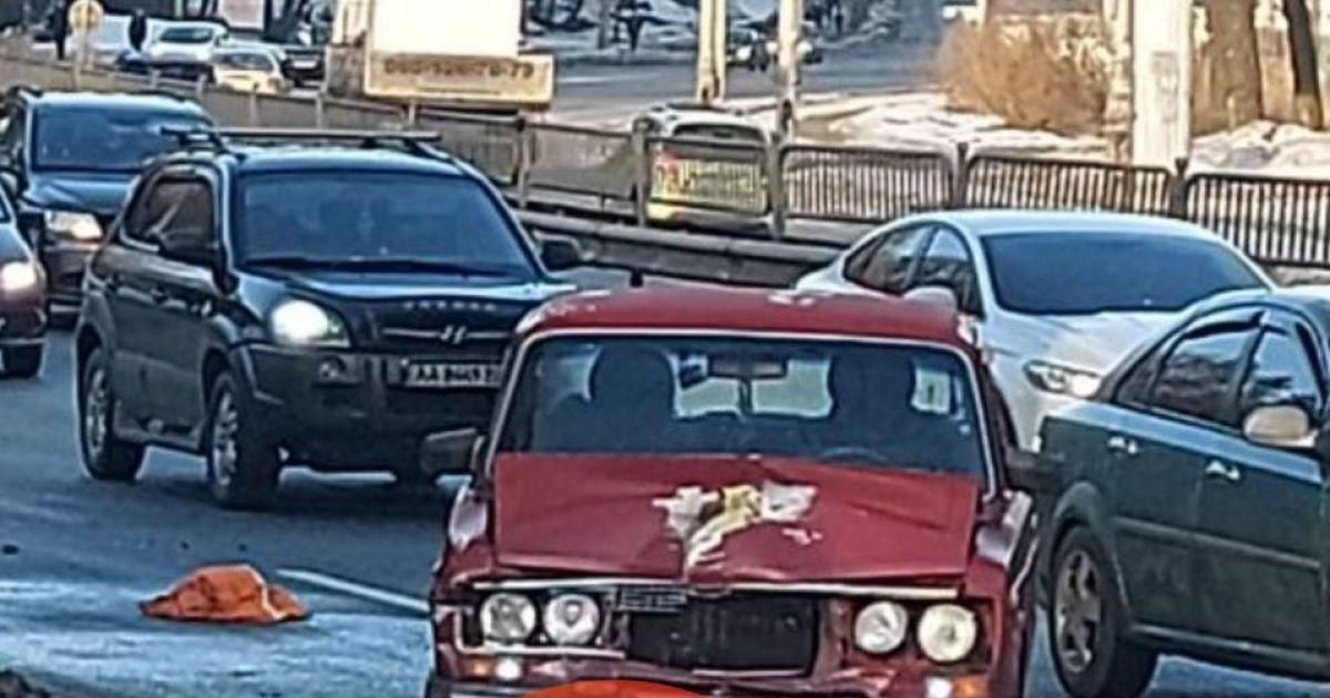 У Києві зіткнулися дві автівки і тролейбус: одне з авто вилетіло на зупинку з людьми
