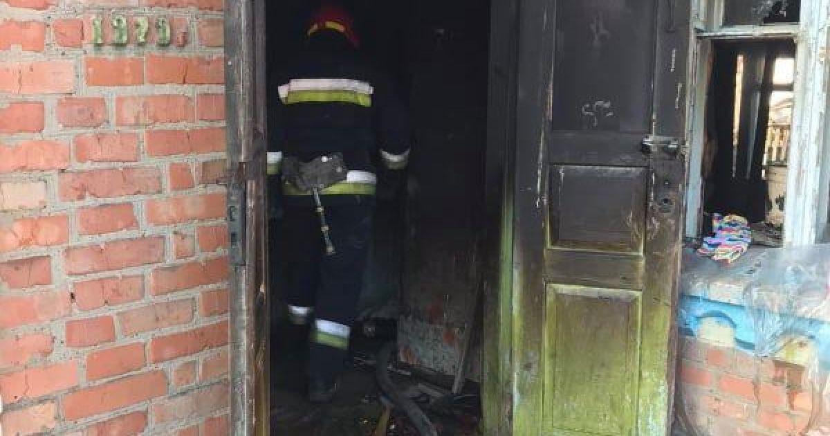 В Винницкой области отчим вынес из огня двух девочек: один ребенок погиб