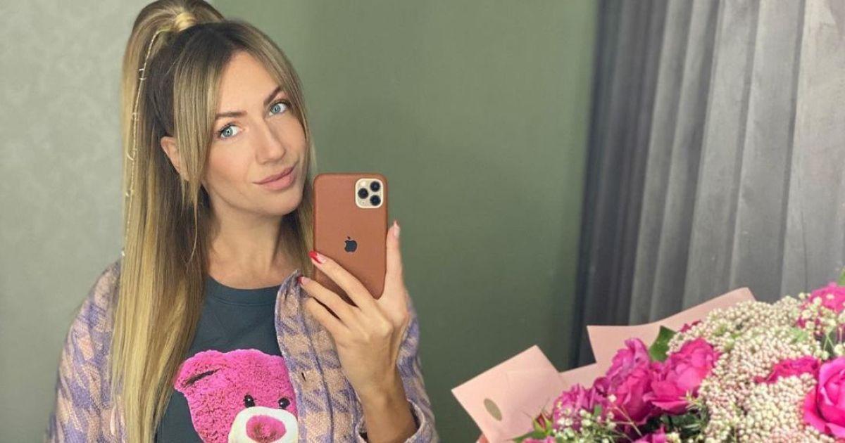 В мини-юбке и с мишкой на груди: Леся Никитюк похвасталась весенним луком