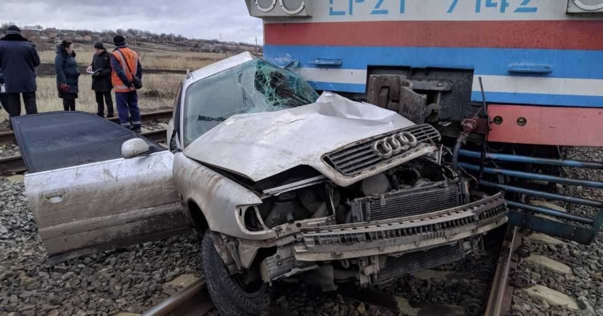 В Донецкой области столкнулись поезд и легковушка: есть погибший