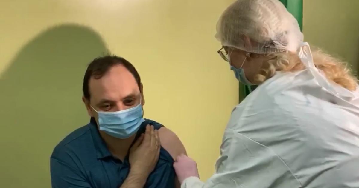 """Мэр Ивано-Франковска вакцинировался от COVID-19 в прямом эфире, так как """"есть лишняя вакцина"""""""