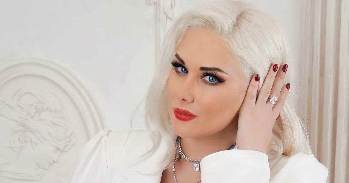 Екатерина Бужинская засветила грудь в пиджаке на голое тело