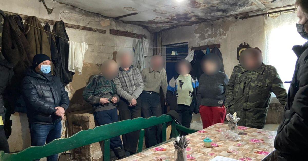 Жили в антисанитарных условиях и работали, как рабы: под Харьковом пенсионер вербовал бездомных