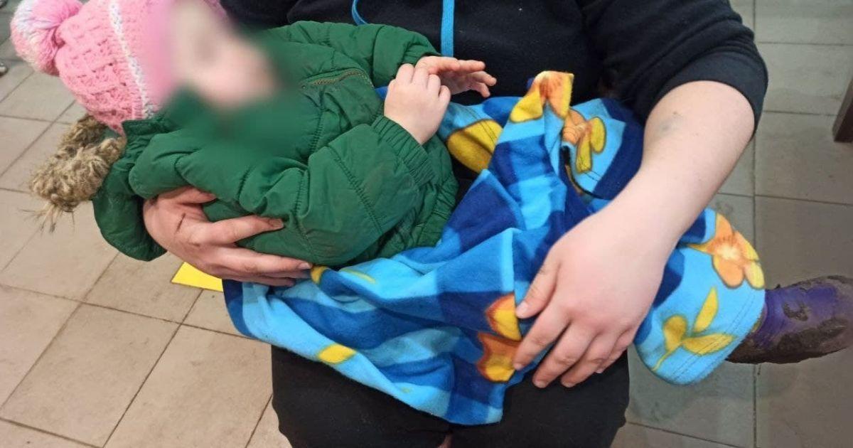 Грязные, голодные и замерзшие: под Днепром пьяная мать избила и выгнала на улицу двоих маленьких детей