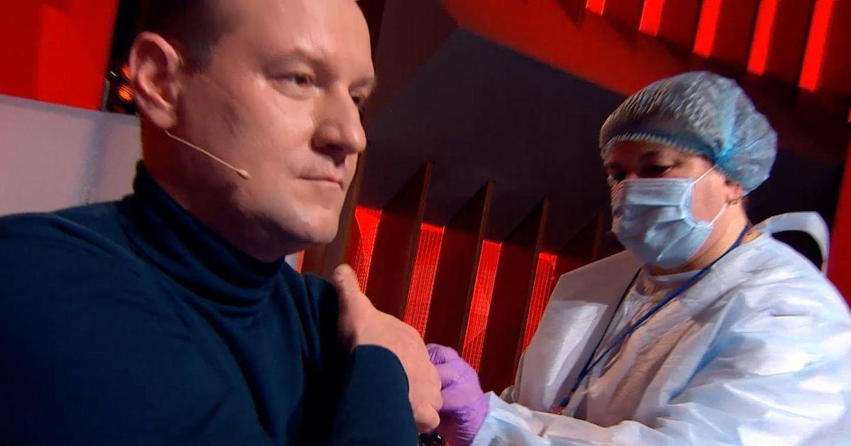 """Десять звезд и врачей вакцинировались в прямом эфире """"1+1"""""""