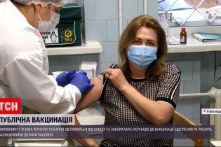 Новости Украины: в разных регионах чиновники публично прививаются от коронавируса