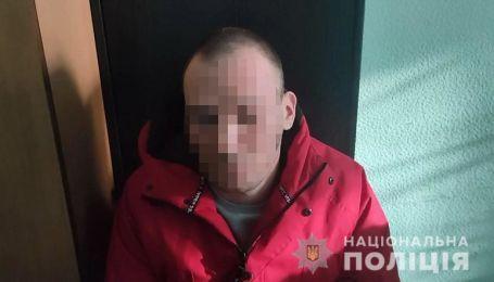 Возвращалась домой из школы: в Киеве педофил проследил за девочкой и напал на нее в подъезде дома