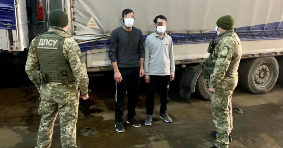 """Заплатили по $6 тысяч за """"путешествие"""": мигранты приплыли в Украину в грузовом прицепе"""